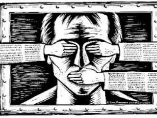 Και το πιο ιλαροτραγικό: θα έπρεπε να διαγράψουν και τον ίδιο τον κ. Τσίπρα αν ήταν δημοσιογράφος, αφού και αυτός αγνόησε την πλειοψηφία του «ΟΧΙ» και προσχώρησε αμέσως μετά το δημοψήφισμα στην αποδοχή του «ΝΑΙ», δηλαδή την αποδοχή των μνημονίων.